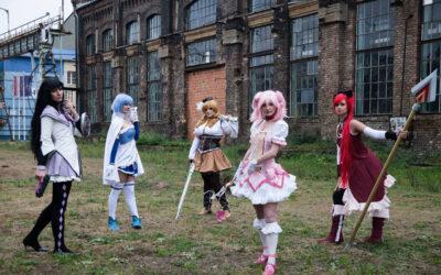 Photoshoot: Madoka Kaname, Mami Tomoe, Sayaka Miki, Homura Akemi és Kyoko Sakura (Puella Magi Madoka Magica – Lora Cosplay, Aoime, CrystalShark, Tazzie és Kana)