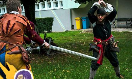Harc LARP fegyverekkel az őszi Cosplay Partyn