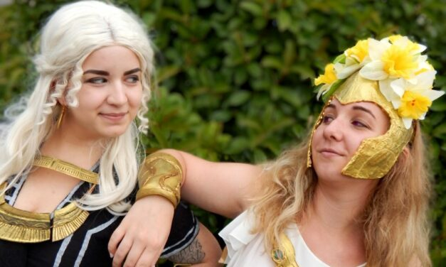 Photoshoot: Persephone & Hekate (Assassin's Creed Odyssey: The Fate of Atlantis – We Don't Know How To Cosplay)